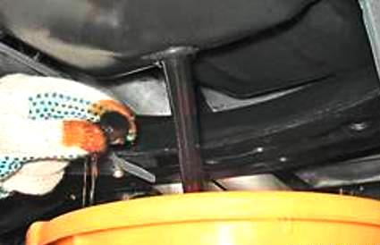 Удалите сливную пробку на нажней части двигателя
